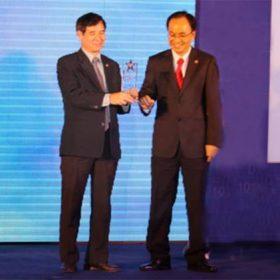 Hiệu trưởng ĐH FPT – chủ tịch FPT-Aptech Việt Nam – nhận giải thưởng CNTT TP HCM